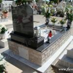 Ταφικό μνημείο οικογενειακού μεγέθους με μάρμαρο και γρανίτη, βότσαλο και πέτρα